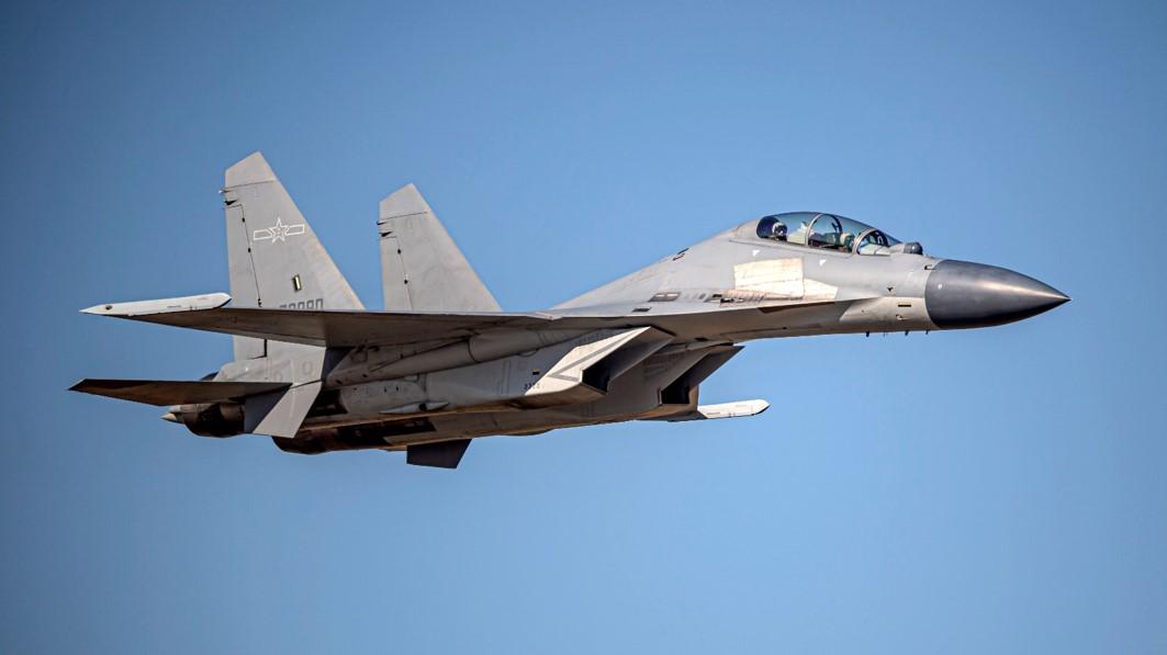 """台湾防务部门4月6日发布的进入台西南空域""""共军""""歼-16同型机照片"""