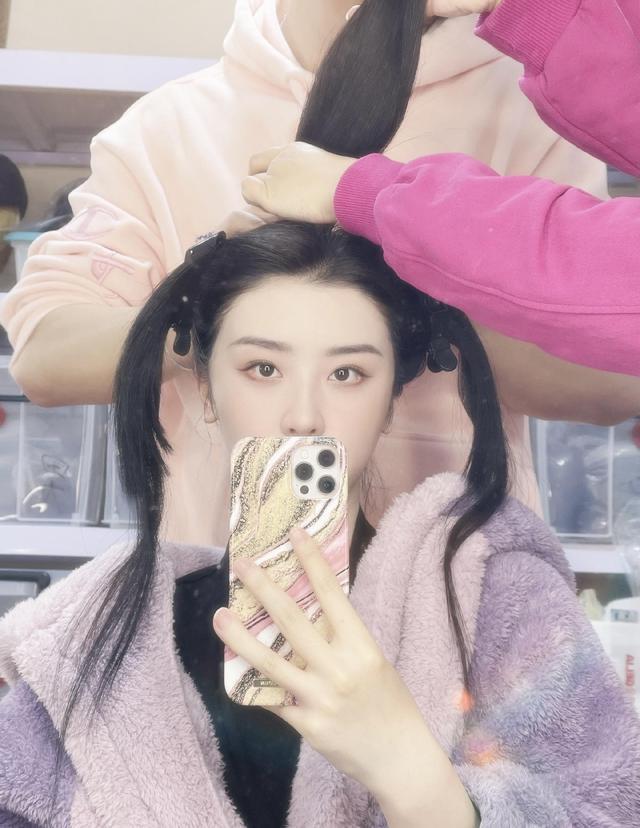 赵小棠做造型扎三个马尾,意外获得惊艳效果,紫色毛绒外套可爱