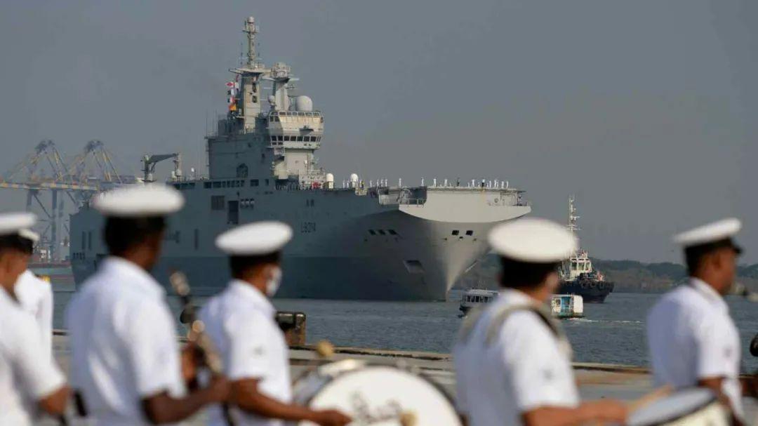 """3月30日,印度军乐团欢迎准备参加""""拉彼鲁斯""""军演的法国""""闪电""""号攻击舰停靠印度戈奇港。(法新社)"""