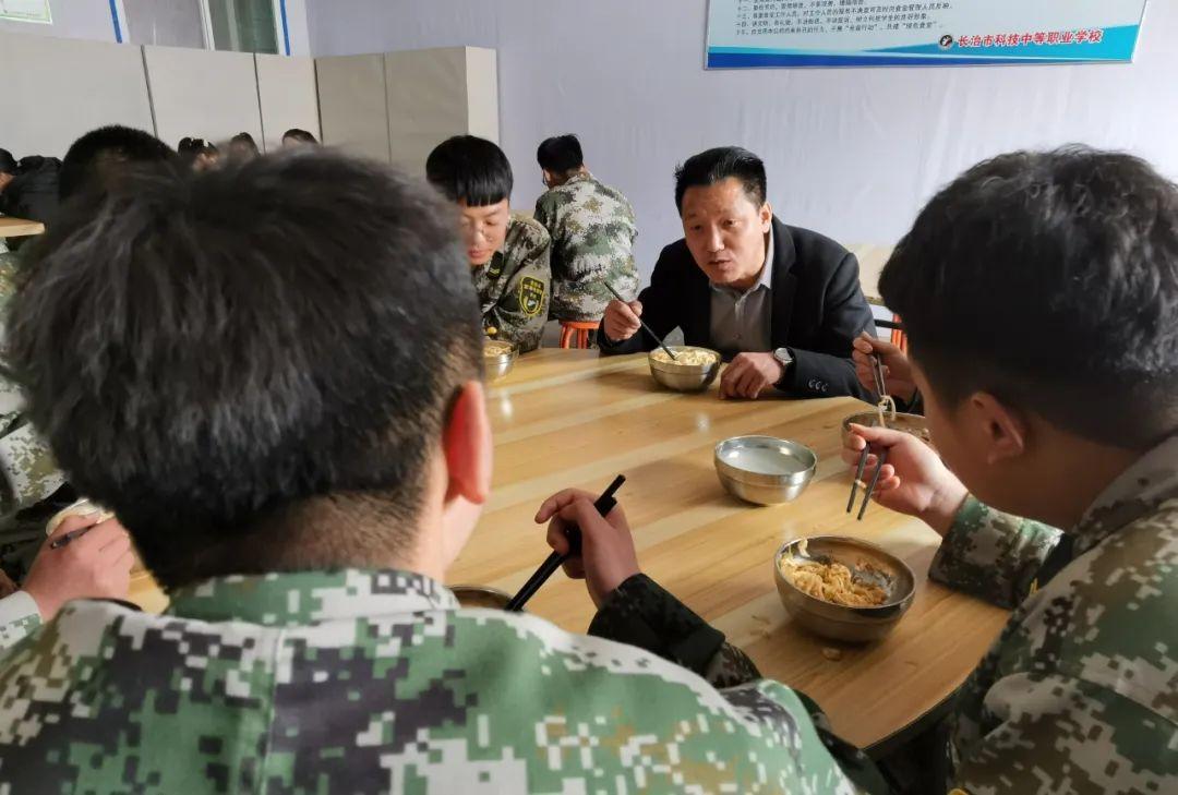 张俊成在跟学生们吃饭。本报记者马晓媛摄