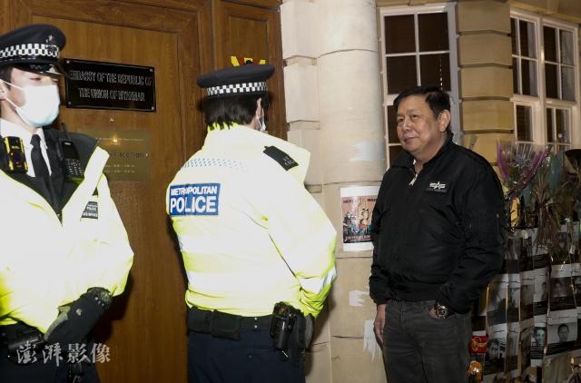 左绥敏无法进入缅甸驻英国大使馆 图自澎湃影像