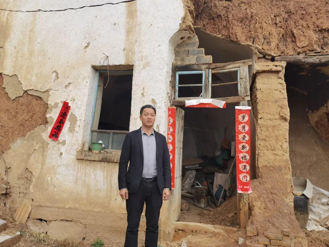 张俊成在儿时住过的土窑前。本报记者马晓媛摄