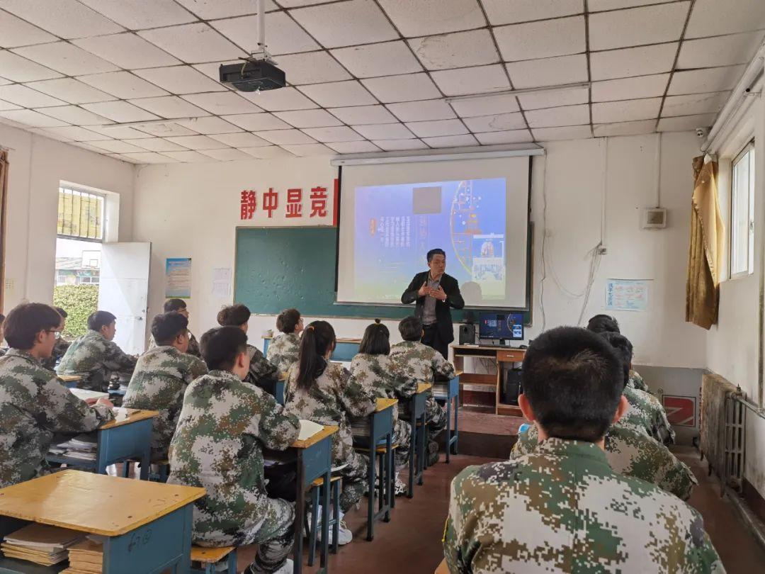 张俊成在给学生们上课。本报记者马晓媛摄