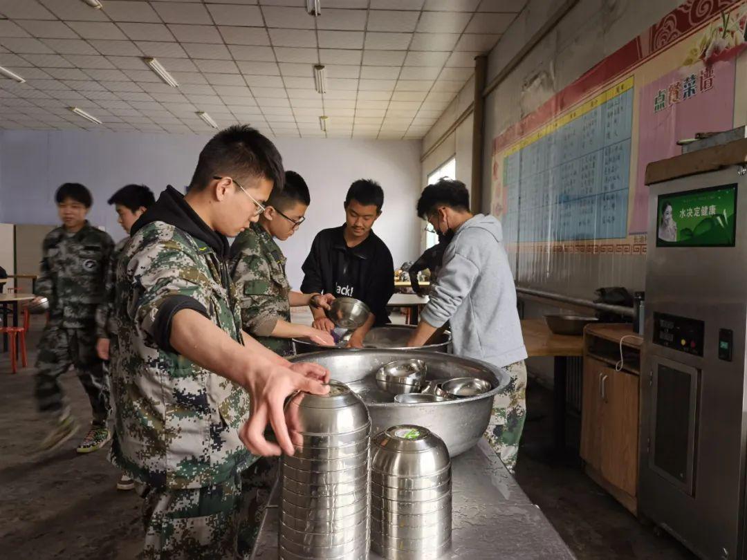 职校的学生们在勤工俭学。本报记者马晓媛摄