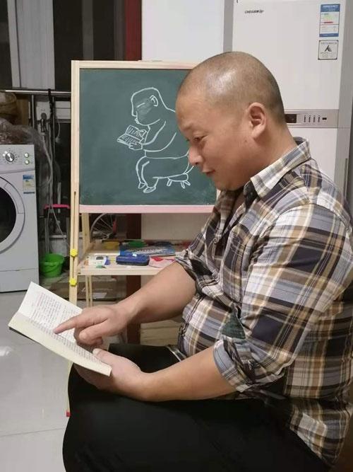 徐世海的大儿子徐浩宇曾在家里的小黑板上为父亲画像。受访者供图
