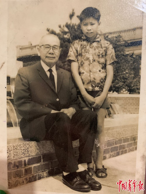方荣山寄给家人的照片。中青报·中青网记者杨杰/摄