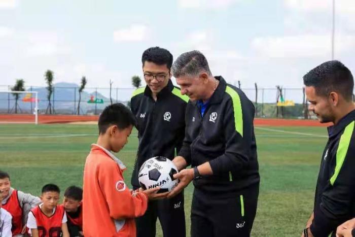 恒大足校金牌教头为大方县少年训练 鼓励勇敢追梦
