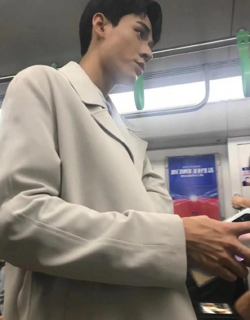 龚俊拍戏坐地铁被偶遇 仰拍视角下路透照高大帅气