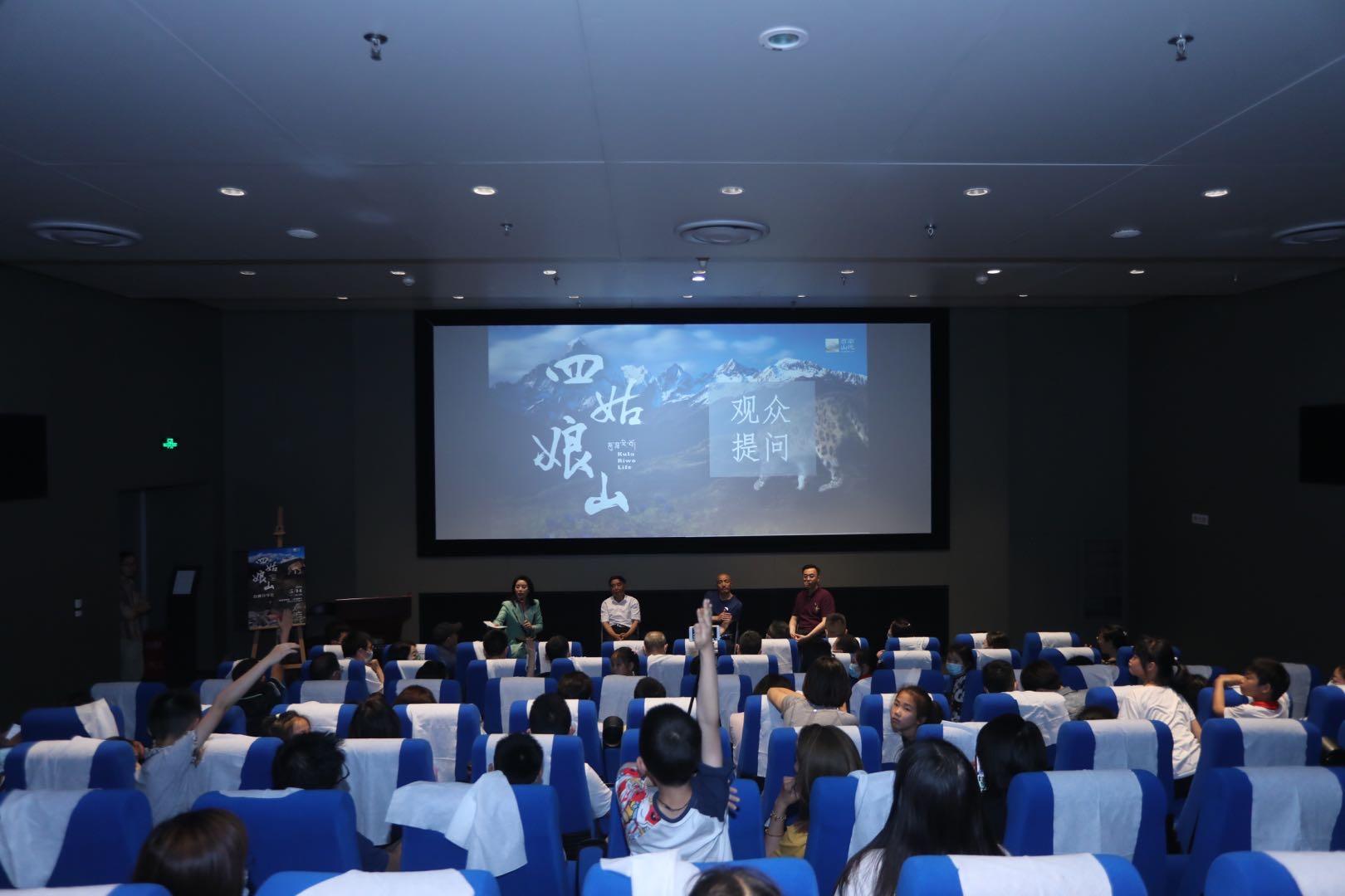 首次拍到幺妹峰与雪豹同框,自然版《美女与野兽》今夜成博上映