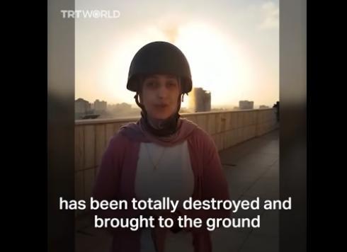 巴勒斯坦女记者报道时突遇空袭 身后大楼被炸毁(图)