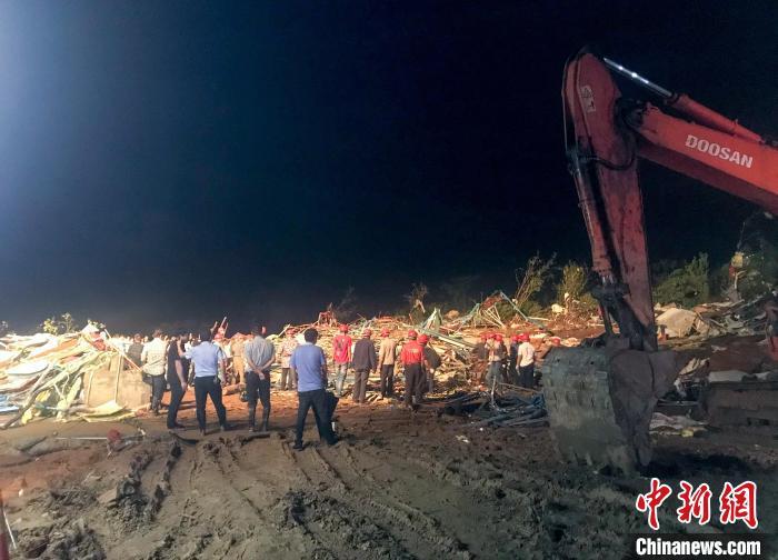 直击武汉龙卷风灾现场:大树拦腰斩断 厂房屋顶掀翻