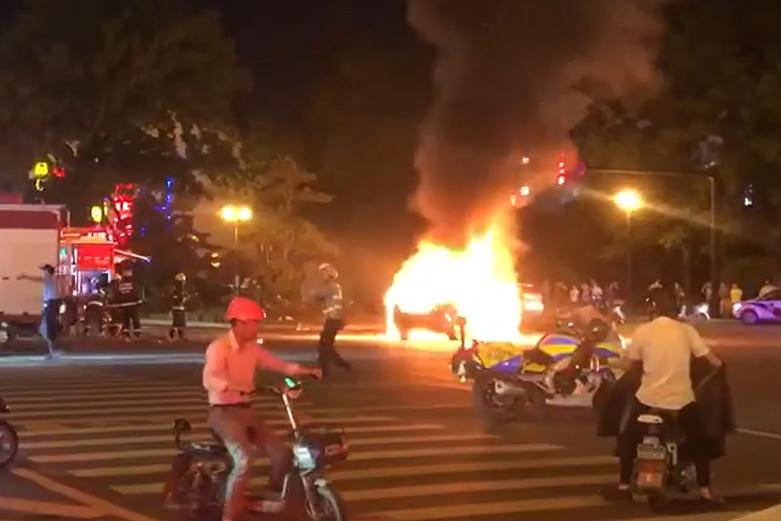 突发丨绍兴银泰城附近一私家车自燃!消防队员紧急救援
