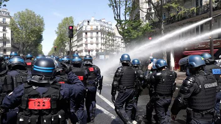 法国政府动用4200名警力驱散声援巴勒斯坦的示威游行