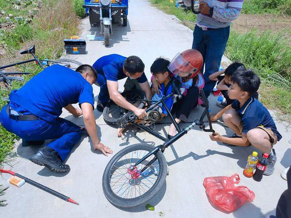 男童骑自行车左脚被卡,消防员紧急施救