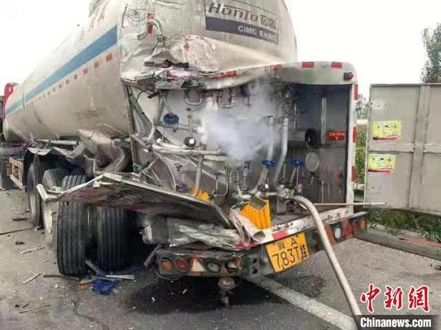 山西:27吨液氧罐车被追尾泄漏 多部门17小时排险