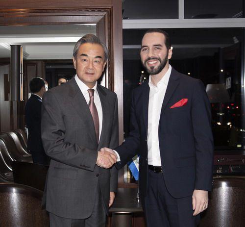 2019年9月26日,国务委员兼外长王毅在纽约出席联合国大会期间会见萨尔瓦多总统布克尔图片来源:外交部