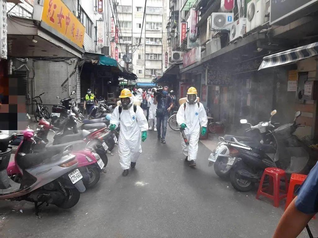 ▲图为台北市万华区对街道进行消毒。(中时新闻网)