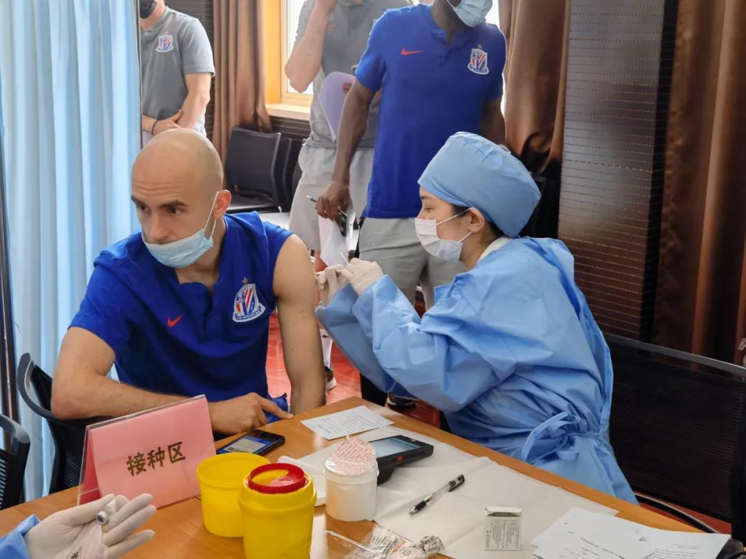 18名申花队球员和教练团队集体接种新冠疫苗!