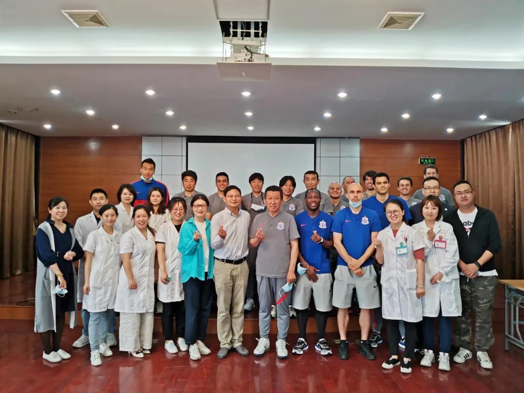 18名上海申花队球员和教练团队,在杨浦集体接种新冠疫苗