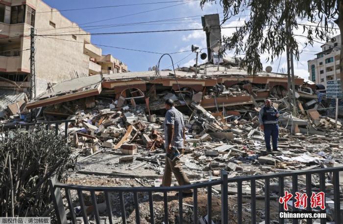 当地时间2021年5月18日,加沙地区,巴以冲突持续,加沙地带持续遭遇空袭,许多民居受到战火牵连,街道满目疮痍。以色列空袭造成的巴勒斯坦死亡人数已超过210人。