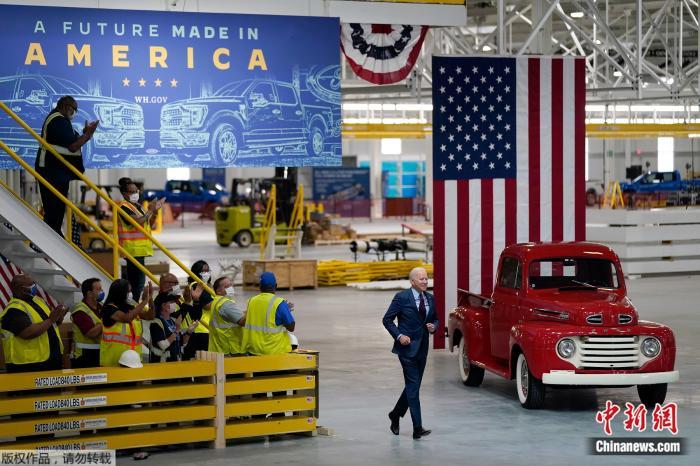 当地时间18日,美国总统拜登访问了密歇根州迪尔伯恩市福特工厂。