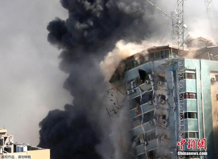 当地时间5月15日,以色列军方空袭了加沙地带一座办公楼,楼内有卡塔尔半岛电视台和美联社等媒体的办公室。