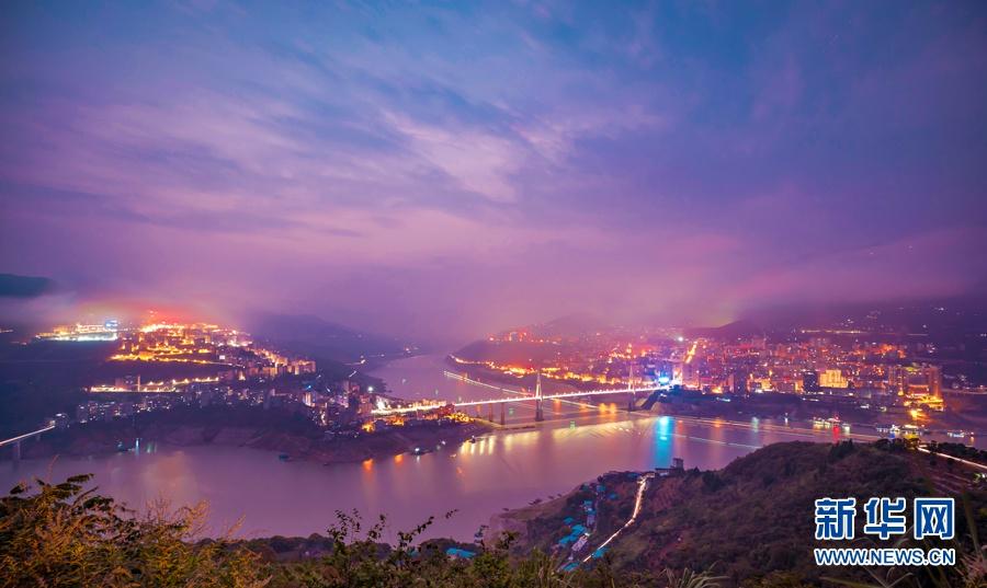 湖北巴东:峡江两岸夜色斑斓