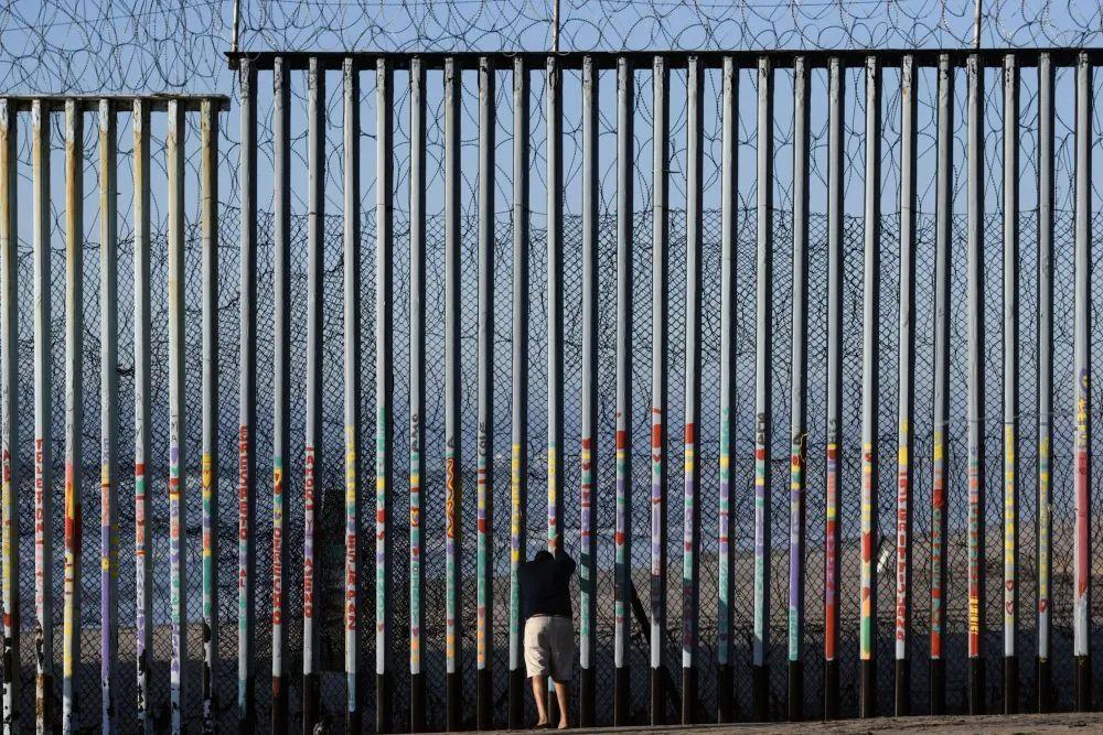 ▲2019年1月10日,在墨西哥边境城市蒂华纳,一名男子在美墨边境墙边停留。(新华社记者辛悦卫摄)