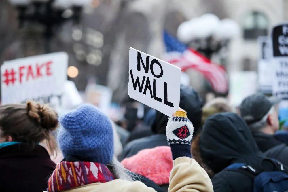 ▲2019年2月18日,在美国纽约,抗议者在示威活动上手举标语牌。(新华社记者王迎摄)