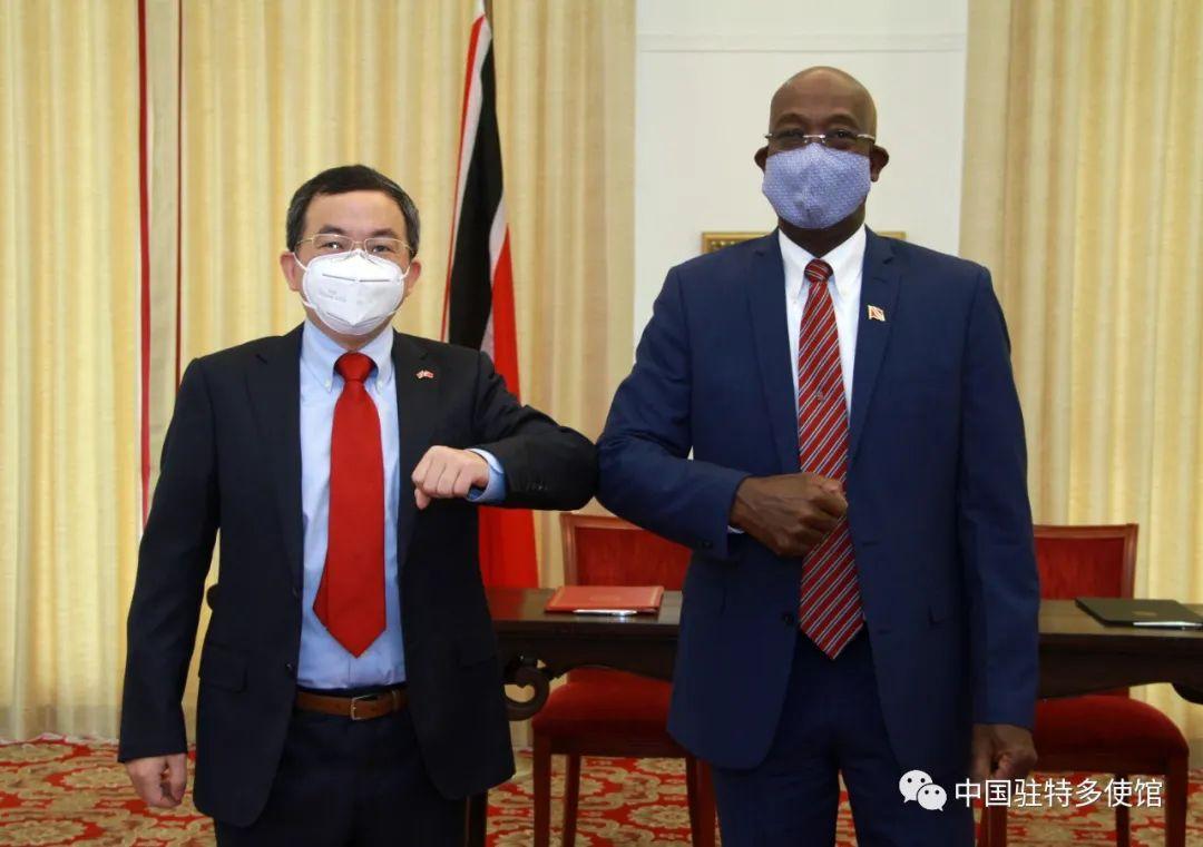 驻特立尼达和多巴哥大使方遒与特多总理罗利共同出席中国援特新冠疫苗交接仪式