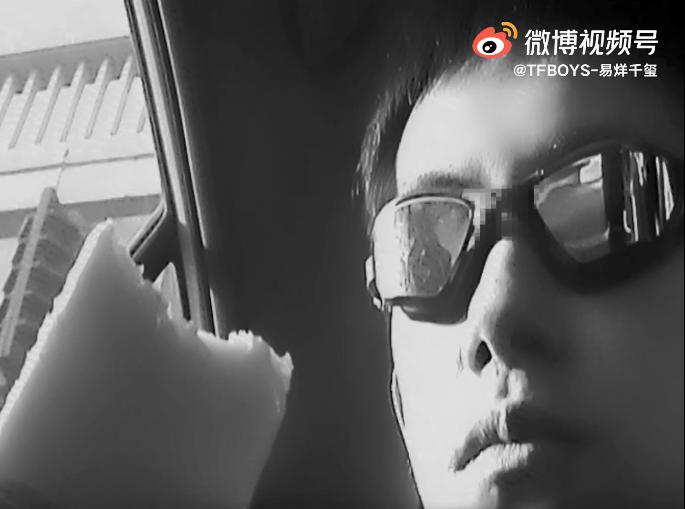 易烊千玺出关后晒出街vlog 黑白复古色调记录生活瞬间
