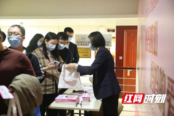 """妇幼健康促进行动 湖南省妇幼保健院举办母乳喂养""""喂""""爱告白活动"""