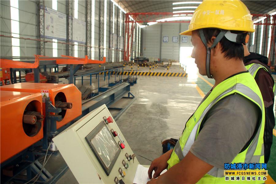 赤沙作业区2号泊位工程首榀引桥箱梁混凝土浇筑成功