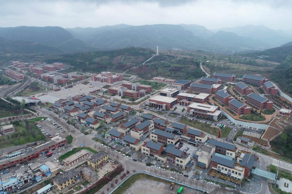 这是4月20日拍摄的铜川市耀州区照金镇(无人机照片)。新华社记者张博文摄