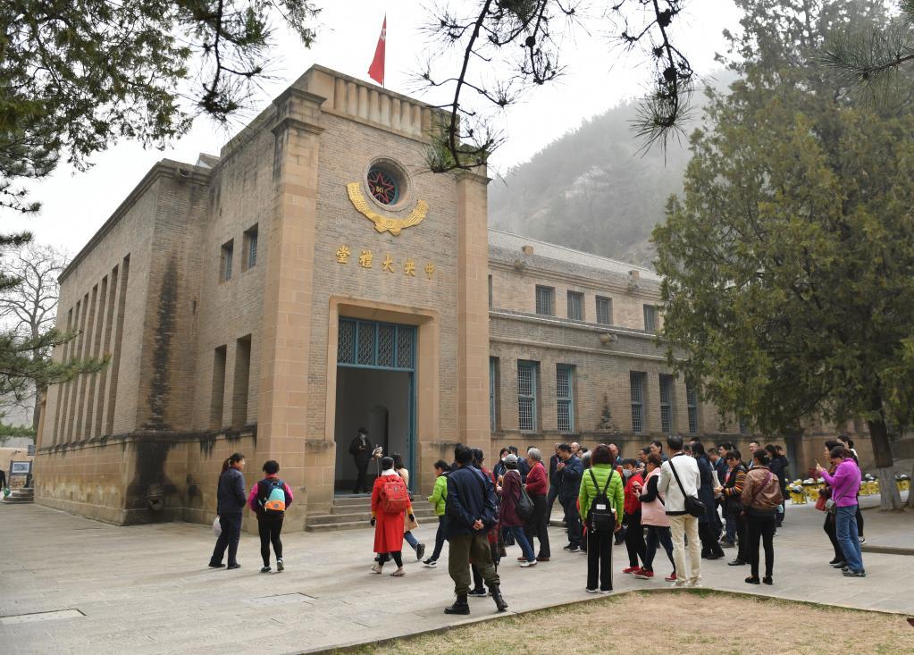 3月28日,参观者在陕西延安杨家岭革命旧址参观。新华社记者张博文摄