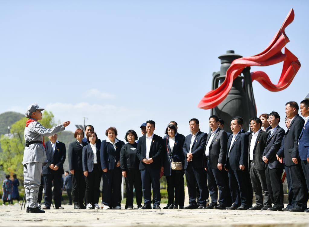 4月18日,在铜川市耀州区照金镇陈家坡会议旧址,小讲解员宋天翊(左一)为游客讲解。新华社记者张博文摄