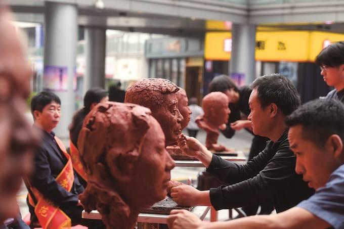 南京栖霞:艺术家创作雕塑致敬最美劳动者