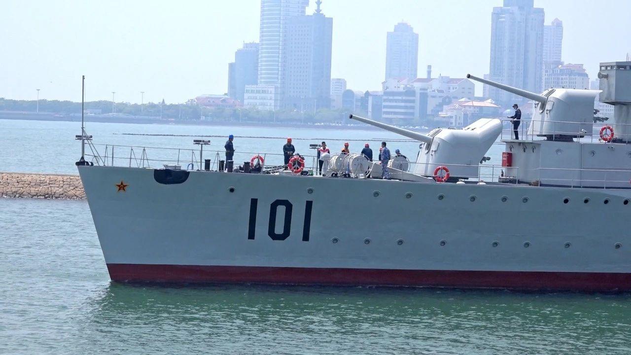 """""""鞍山舰""""坞修完毕,返回海军博物馆"""