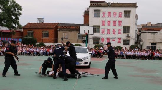 罗山县巡特警大队联合西街小学开展校园反恐演练