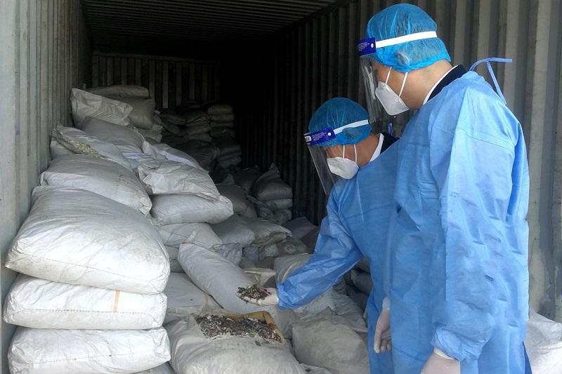 混装大量废塑料瓶片、废碎片、建筑废料,28吨禁止进口固体废物被大连海关退运