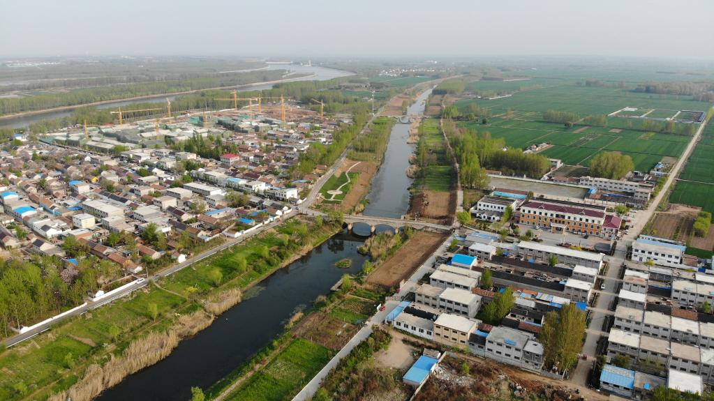 这是4月13日拍摄的沂蒙老区临沭县曹庄镇朱村(无人机照片)。新华社记者王凯摄