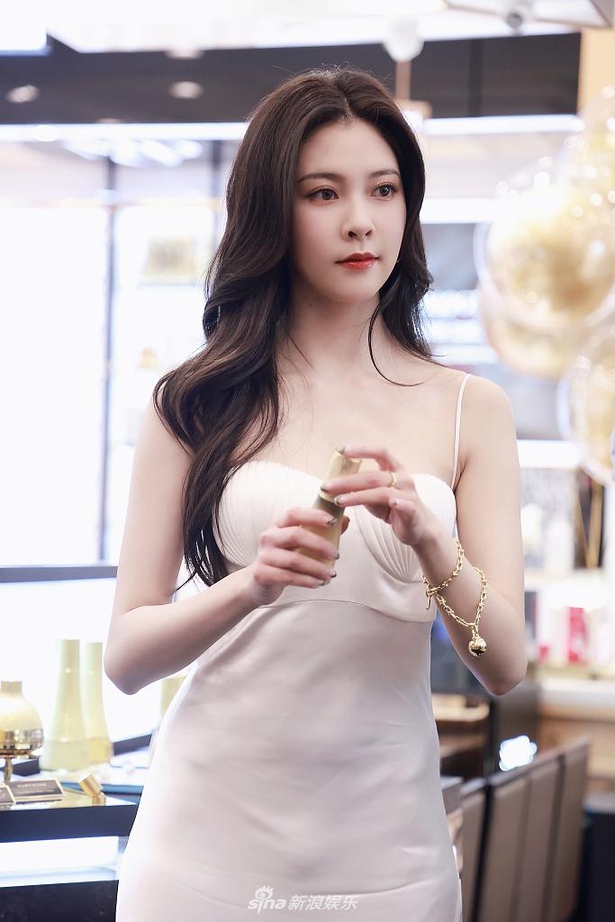 宋妍霏穿白色抹胸长裙大波浪卷发慵懒撩人