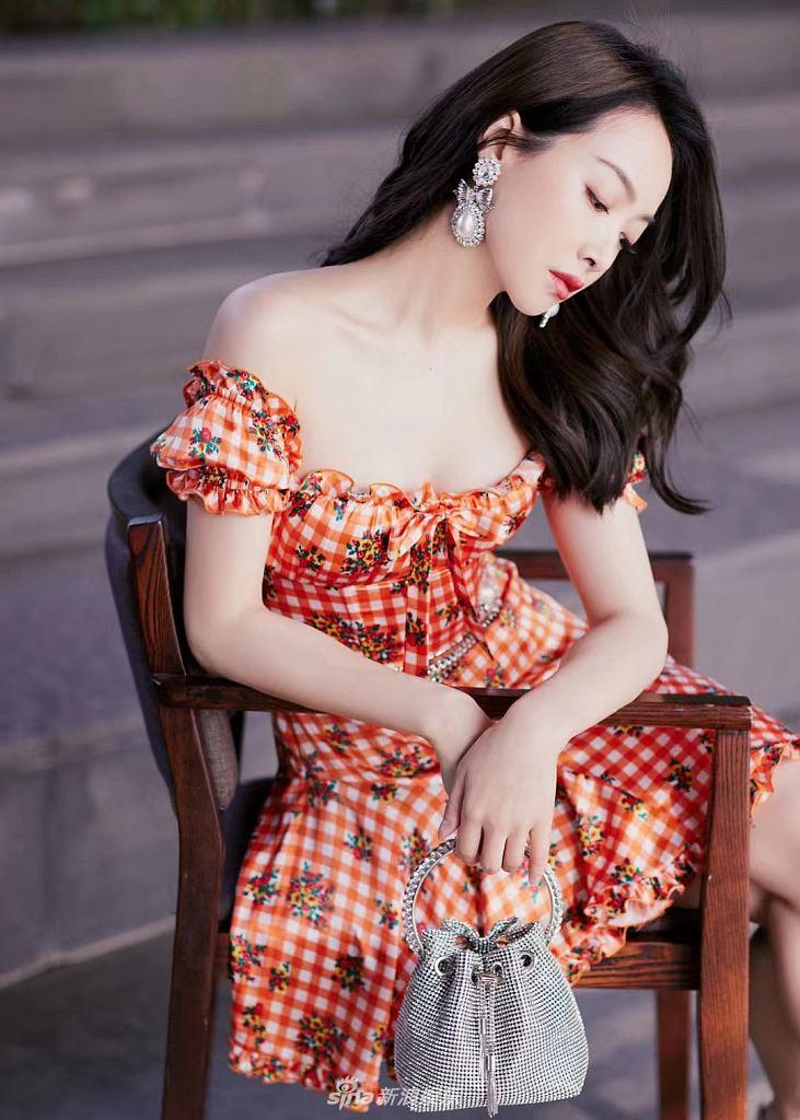 宋茜穿田园风抹胸花裙 戴巨大珍珠耳环气质温柔