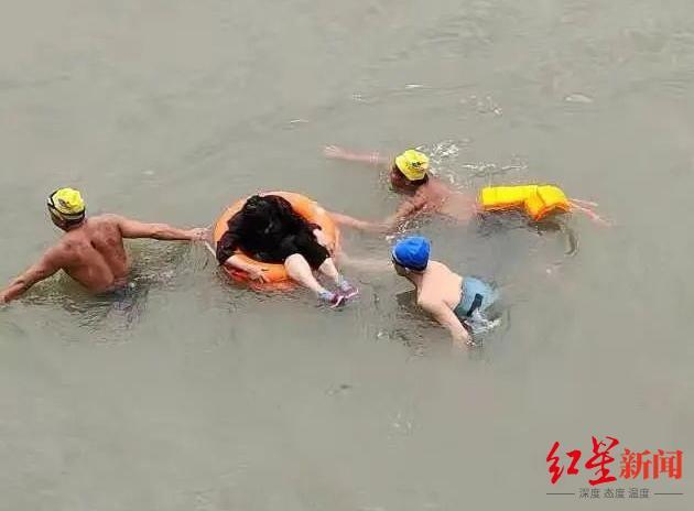 7旬婆婆不慎跌落岷江 4名游泳爱好者和民警合力救起