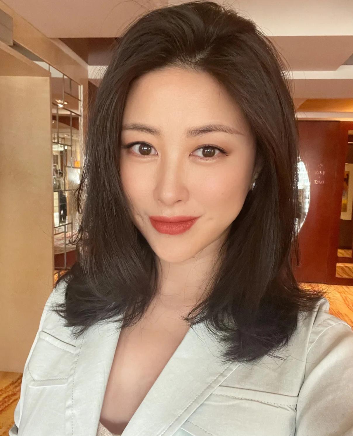 朱珠怀孕6月工作忙不停 化浓妆比剪刀手对镜甜笑