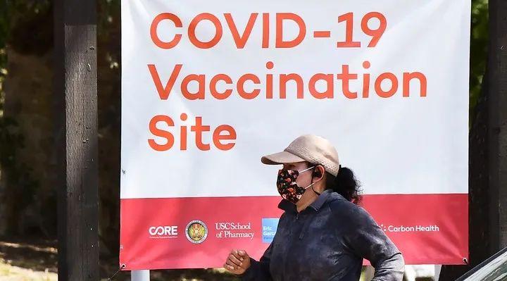 ▲4月27日,一名女子经过美国加利福尼亚州洛杉矶的一处疫苗接种点。新华社/法新
