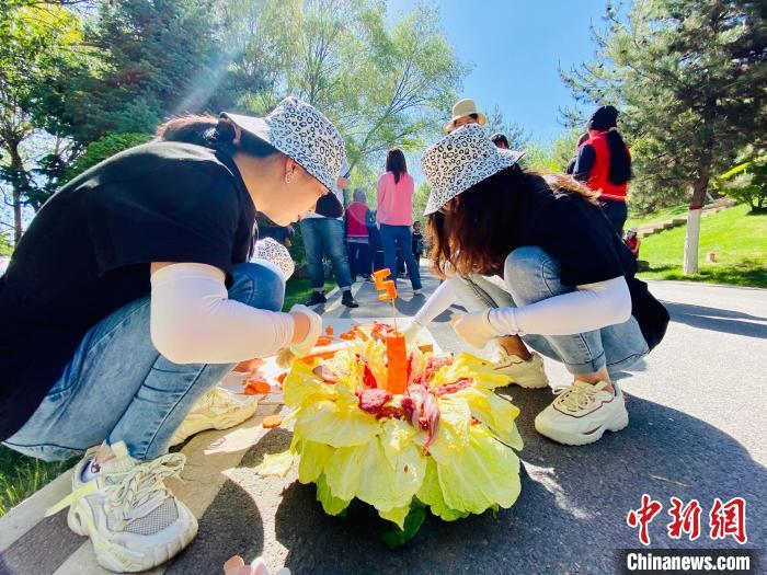 """青海为中国人工繁育明星雪豹""""姐妹花""""两周岁庆生"""