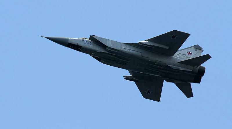 俄罗斯米格-31战机在巴伦支海上空伴飞北约军机