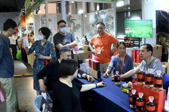 """2021上海茶博会开幕 """"遵义红""""红茶威士忌受市民青睐"""