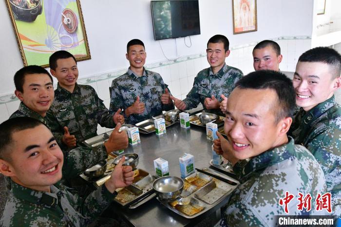 """图为西藏军区某合成旅官兵践行""""光盘""""。 念美多杰供图"""